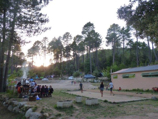 Barbecues et espaces communs pour se détendre entre amis