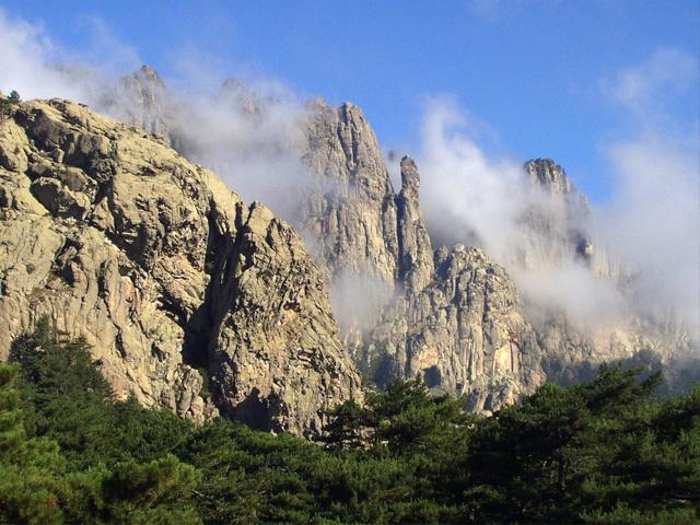 Le col de Bavella, célèbre pour sa vue spectaculaire, son massif exceptionnel et son petit hameau.