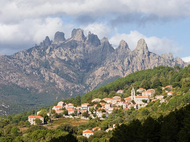 Paysage typique de l'Alta Rocca : le village de Zonza et les aiguilles de Bavella au loin