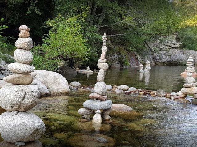 Magnifiques sculptures éphémères dans la rivière attenante au camping